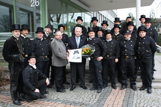 Die Schornsteinfeger wünschen Landrat Thomas Hendele viel Glück für 2012