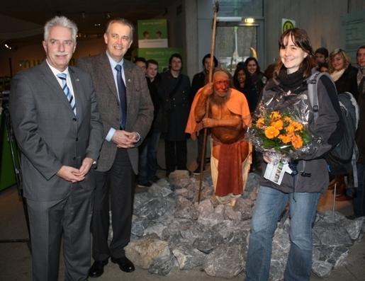 Landrat Thomas Hendele und Museumsdirektor Prof. Gerd-C. Weniger begrüßten Lehrerin Annette Wolter mit ihrem Biologie-Leistungskurs