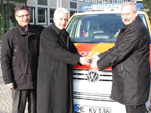 Kreis-Ordnungsdezernent Nils Hanheide und Landrat Thomas Hendele übergeben das Fahrzeug an den Standort Mettmann - vertreten durch Bürgermeister Bernd Günther