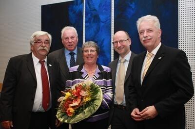 Udo Carraro mit Ehefrau Gabriele Carraro, der CDU-Fraktionsvorsitzende Klaus-Dieter Völker (2.v.l.), der neue Vorsitzende der SPD-Fraktion, Manfred Schulte (2.v.r.), und Landrat Thomas Hendele