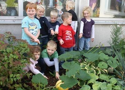 Die Kinder der Städtischen Kindertagesstätte Gothaer Straße in Ratingen präsentieren ihre ersten Kürbisfrüchte