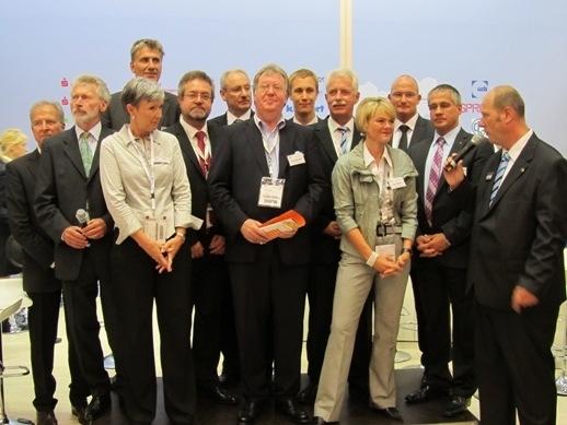 Paul Breitner (links) mit Landrat Thomas Hendele und den Bürgermeistern bzw. Beigeordneten oder Wirtschaftsförderern der kreisangehörigen Städten