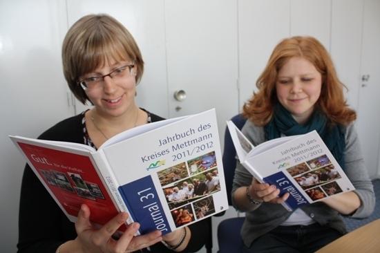 Antje Schwörer und Anne Grassberger aus dem Büro des Landrats bei der Lektüre des  JOURNAL  31